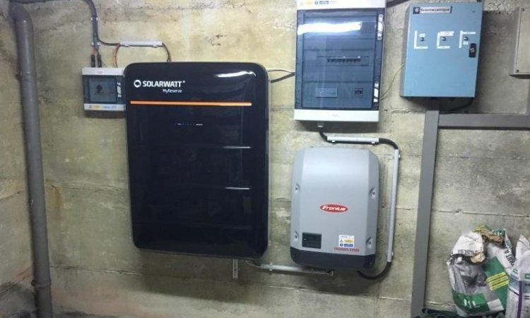 Solutions Soleil Énergie Installation des batteries pour autoconsommation de l'énergie solaire Bourg-en-Bresse